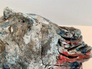 détail sculpture visage terre et émail pièce unique