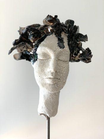 sculpture visage femme yeux fermés céramique brillante