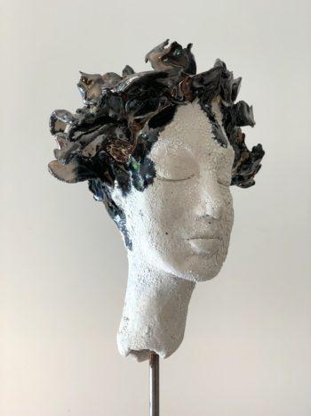 sculpture femme aux cheveux brillants noir bleu