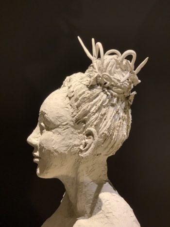 sculpture femme au chignon modelage terre