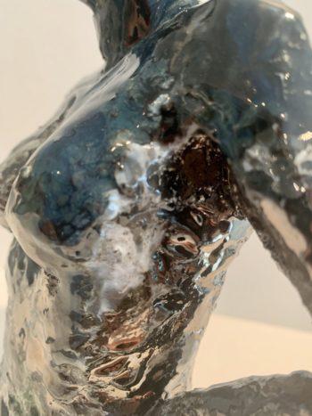 gros plan sculpture féminine céramique